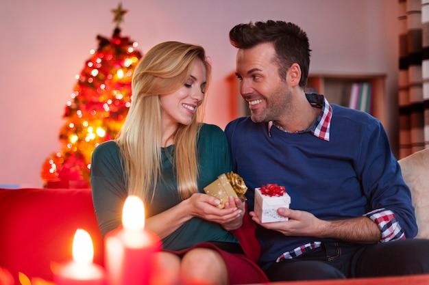 Noël, échange de cadeaux de couple amoureux