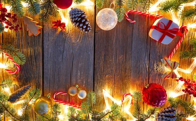 Noël étoiles scintillantes et sapin sur bois