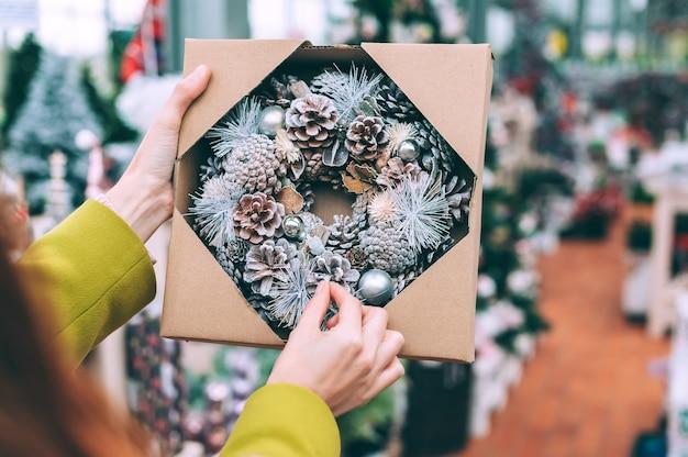 Noël, guirlande du nouvel an dans une boîte d'emballage pour la couture,