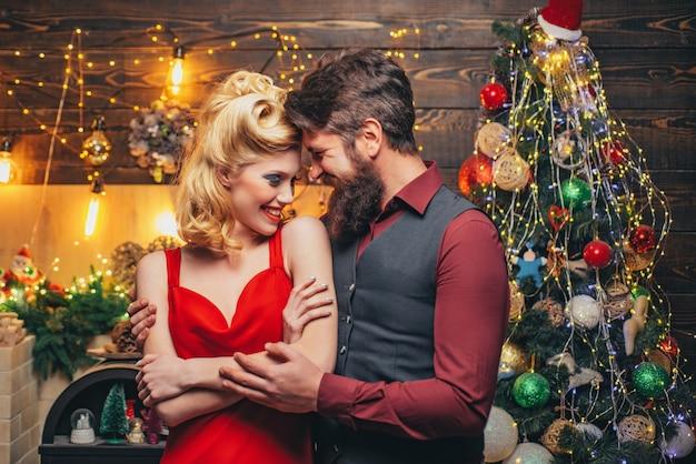 Noël hiver couple ouverture boîte-cadeau de noël