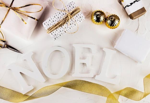 Noel inscription avec des coffrets cadeaux et des boules