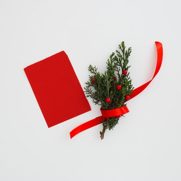 Noël laisse les pins avec une note de voeux