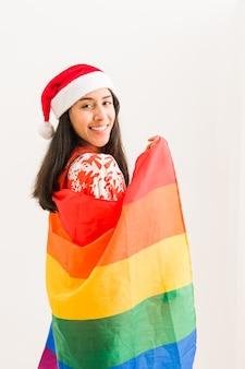 Noël lgbtq drapeau arc-en-ciel heureux jeune femme latine lesbienne célébration