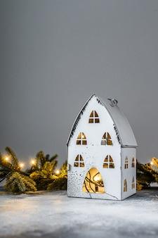 Noël, maison de chandelier avec des lumières, des branches de sapin et des jouets de noël. bonne année.