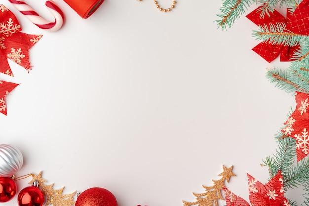 Noël maquette avec des branches de pin sur fond blanc, surface, flatlay