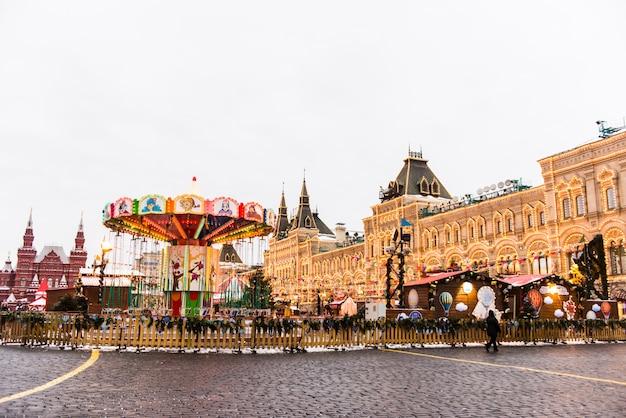 Noël à moscou, en russie. place rouge et grand magasin d'état de moscou la nuit.