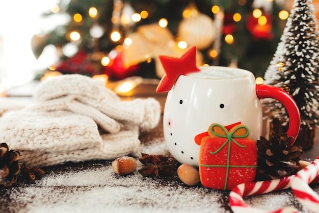 Noël nature morte avec tasse de café, biscuits et décorations. photo de haute qualité