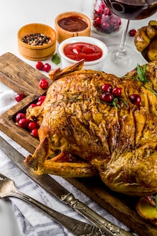 Noël, nourriture de grâces, poulet rôti au four avec canneberges et herbes