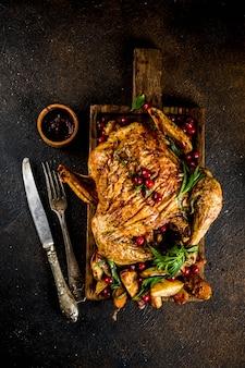 Noël, nourriture de remerciement, poulet rôti au four avec canneberges et herbes