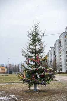 Noël, nouvel an arbre vert décoré de boules de verre dans la ville de riga