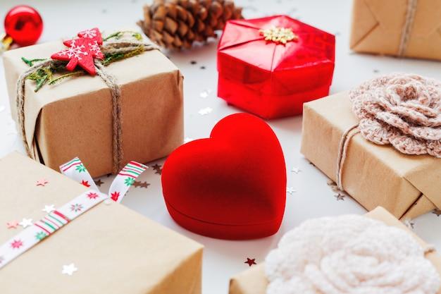 Noël et nouvel an avec des cadeaux et des décorations.