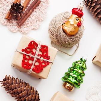 Noël et nouvel an avec des cadeaux faits à la main emballés dans du papier kraft et des décorations