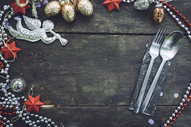 Noël ou nouvel an avec des décorations de noël et une fourchette et une cuillère