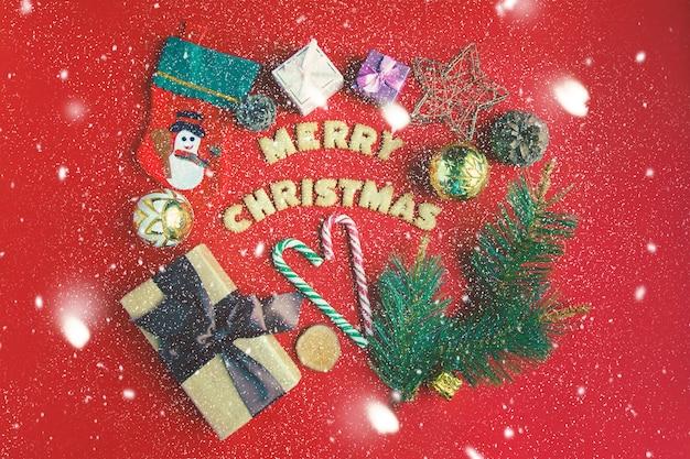 Noël et nouvel an . sur un fond rouge, des coffrets cadeaux, des bonbons de noël, un décor.