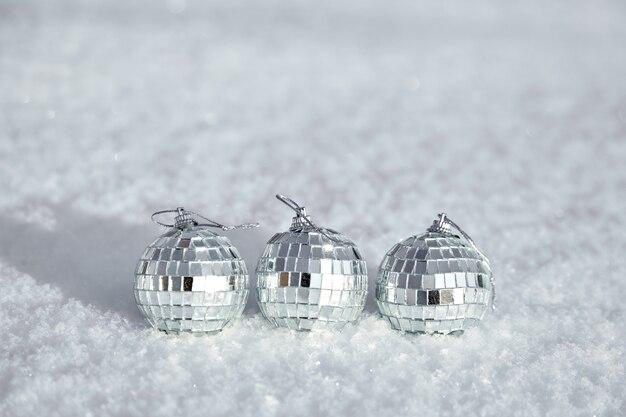Noël et nouvel an hiver boules disco miroir sur la neige