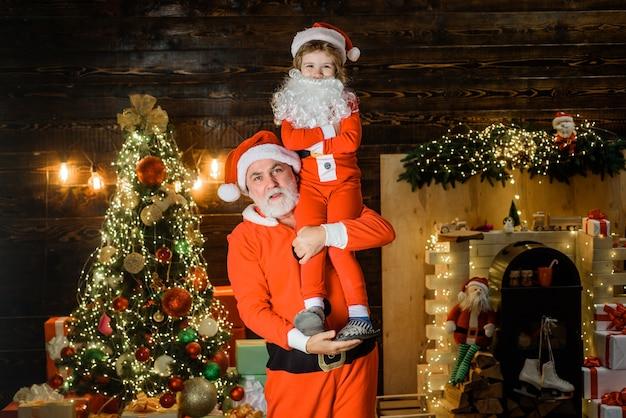 Noël nouvel an santa avec petit assistant hiver présente noël et nouvel an concept santa