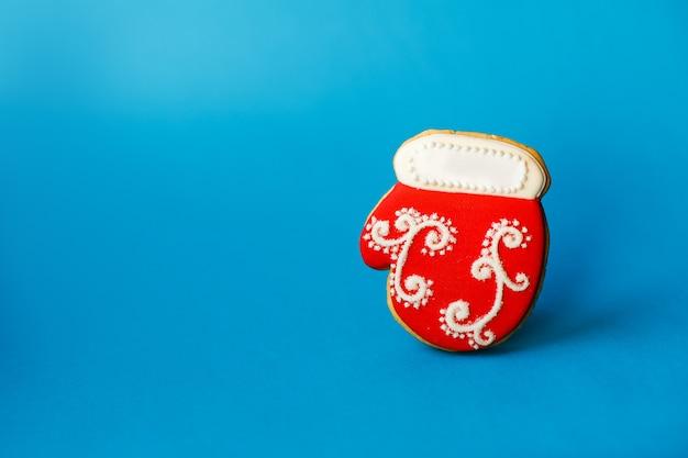 Noël nouvel an vacances, biscuit de pain d'épice de chaussette de noël rouge sur la surface bleue. vacances