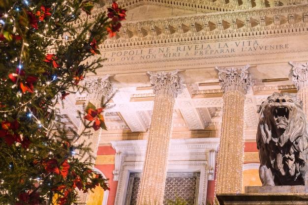 Noël à palerme. le célèbre théâtre massimo décoré de lumières et de sapin de noël