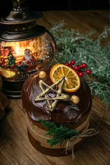 Noël, panettone au chocolat sur une table en bois