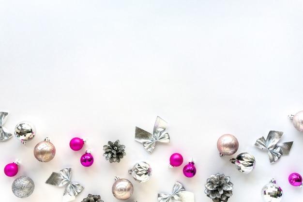 Noël à plat de décorations argentées et roses