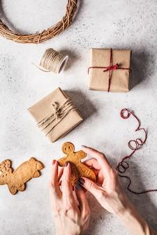Noël plat poser avec des boîtes de cadeaux, guirlande et biscuits au gingembre