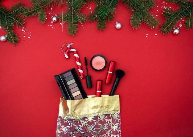 Noël plat poser avec des produits cosmétiques de maquillage dans un sac cadeau