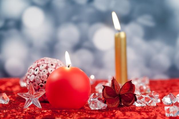 Noël rouge bougies d'or sur des glaçons