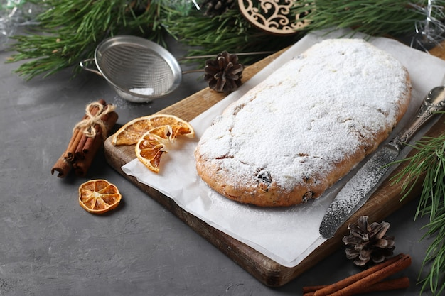 Noël savoureux stollen avec fruits secs, baies et noix sur planche de bois