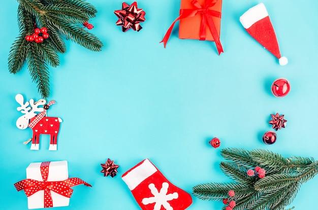Noël sertie de décorations rouges traditionnelles, boules sur fond de papier bleu.