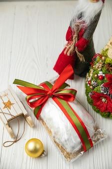 Noël stollen sur une table en bois blanche.