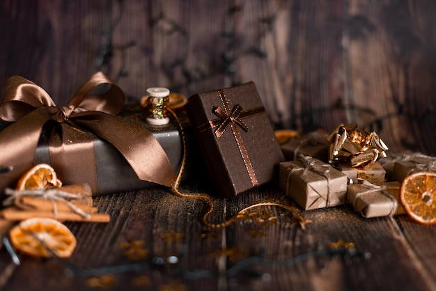 Noël vacances, table de noël avec sapin de noël décoré et guirlandes