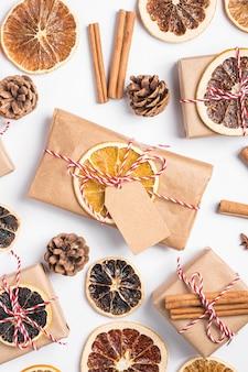 Noël vacances zéro déchet papier cadeau et emballage de boîte avec des tranches de fruits secs, de la cannelle et de l'anis