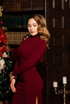 Noël, x-mas, hiver, concept de bonheur - femme souriante en vêtements de père noël avec de nombreux coffrets cadeaux