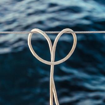 Le nœud de corde (nœud d'attelage) sur un câble en acier