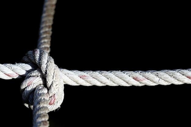 Noeud de corde en nylon à quatre voies, difficile à résoudre, fond noir