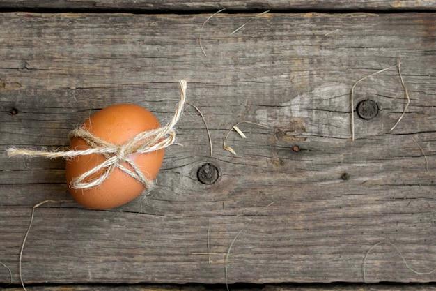 Noeud de ficelle d'oeuf, pâques, fond rustique en bois