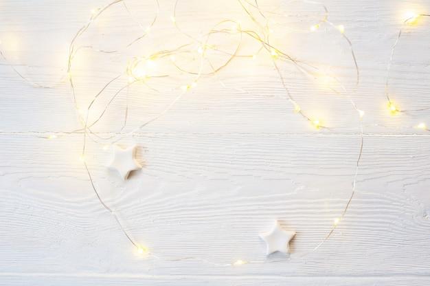 Noeud de noël beige et blanc, boîte-cadeau et cône en or