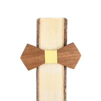 Noeud papillon en bois sur fond blanc