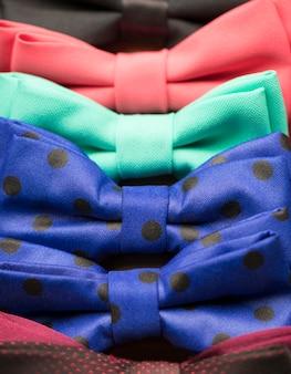 Noeud papillon coloré avec des fleurs. couleurs rouge, vert, bleu, jaune, magenta, violet, violet ...
