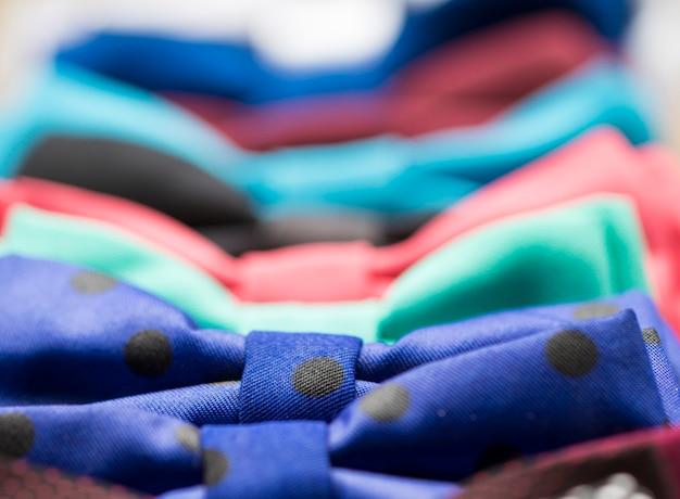 Noeud papillon coloré avec des fleurs. couleurs rouge, vert, bleu, jaune, magenta, violet, violet...