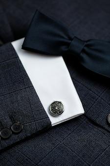 Noeud papillon de luxe se bouchent avec costume vintage et bouton de manchette