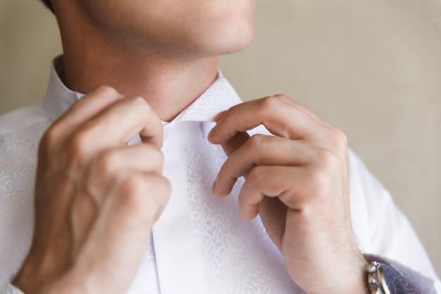 Nœud papillon se bouchent. le costume du marié pour la cérémonie de mariage