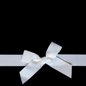 Noeud de ruban blanc festif sur fond noir