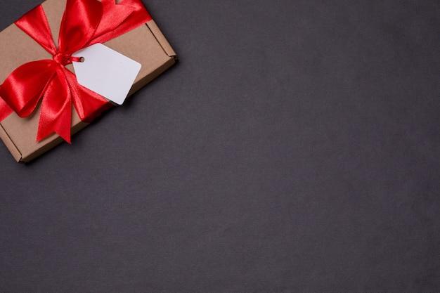 Noeud de ruban cadeau romantique saint valentin, étiquette de cadeau, présent, fond noir sans soudure