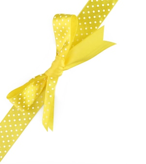 Noeud de ruban jaune isolé sur blanc