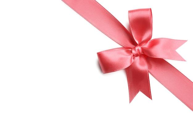 Noeud de ruban rose sur blanc