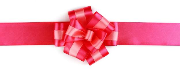 Noeud de ruban rose isolé sur blanc