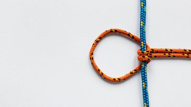 Noeuds de corde nautique orange et bleu