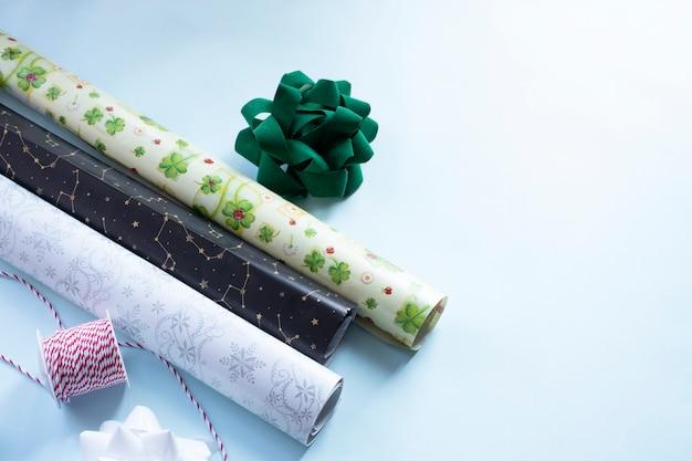 Noeuds et ruban en papier d'emballage prêts à emballer des cadeaux