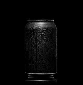 Noir et blanc. métal peut avec du cola ou de la bière. gouttes de condensation en surface.